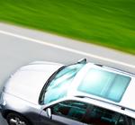 Das Schiebedach im Auto ließe sich ebenfalls als Stromquelle nutzen. Bei einer angestrebten Transparenz der Solarschicht von 50 Prozent würde das Dach im Sommer auch die Sonne ganz gut abhalten, trotzdem aber noch genügend Licht durchlassen.