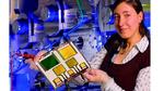 Bild 4: Eine Forscherin vom Fraunhofer IPMS präsentiert eine flexible OLED mit dem Barriereschichtsystem