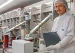 Friedrich Kessler vom ZSW mit einem flexiblen CIGS-Solarmodul, das in Ulm entwickelt wurde.