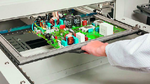 Bild 2. Die halbautomatische Selektivlötanlage Smartflow 2020 lässt sich relativ einfach in ein Produktionsumfeld mit Zellenfertigung integrieren.