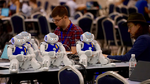 Roboter des Teams B-Human beim Laden