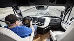 In der Kabine des Freightliner Inspiration Trucks unterstützt das Highway Pilot System den Fahrer.