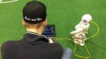 Teammitglied von B-Human beim letzten Programmieren des Roboters
