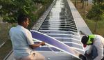 Organische Solarfolie wird auf dem überdachten Gehweg nahe des Militärflughafens in Singapur installiert.