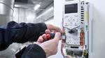 Techniker an einem Bedienpanel eines Frequenzurmichters