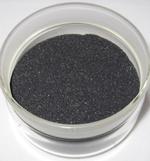 Zerkleinerte, nichtmagnetische Schicht- und Elektrolytmaterialien, die so genannte Schwarzmasse, aus Altbatterien