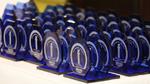 Die Gewinner durften sich auf diese blauen funkschau-Pokale freuen