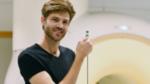 ETH-Doktorand Simon Gross mit dem neu entwickelten Sensor