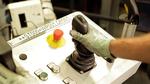 Mitarbeiter steuert den Roboter mit Joystick