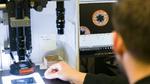 Qualitätstests bei jedem Schritt der Kabelherstellung sind bei Lapp obligatorisch. Der Bildschirm zeigt das mit Stickstoff aufgeschäumte Isolationsmaterial, das die dielektrische Konstante reduziert.