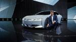 Harald Krüger, Vorsitzender des Vorstands der BMW AG vor dem fertigen Konzeptfahrzeug.