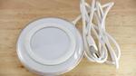 Wireless-Power-Ladeschale mit USB-Kabel zum Steckernetzteil.