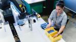 1_Apas-Roboter bei der Unterstützung eines Mitarbeiters bei der Isak GmbH