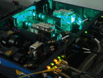 Aus dem Infrarot-Laser wird durch verdoppeln der Frequenz mit Hilfe von Spiegeln ein UV-Laser.