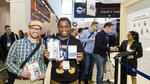 Zwei glückliche Messebesucher am Stand von ST Microelectrics auf der embedded world 2019