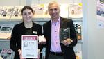 Jürgen Baryla, Vice President Sales, freut sich über den Preis für den 2. Platz in der Kategorie Elektroinstallation, überreicht von Redakteurin Simone Kapp.