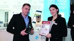 Roy Krause nimmt den Preis für den 2. Platz in der Kategorie Gebäudetechnik aus den Händen von Redakteurin Simone Kapp entgegen.
