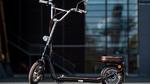 Bei einer Pressekonferenz zur micromobility expo steht ein elektrisch angetriebenes Skateboard des Herstellers LOU auf dem Boden.