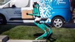 Roboter-Postbote mit autonomen Fahrzeug...
