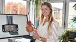 Studentin untersucht Implantat für Patienten mit Herzinsuffizienz