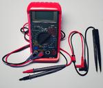 Unser Tester Andreas Herzog empfiehlt zur Aufrüstung für Messungen an SMC-Bauteilen für Prüfspitzen oder eine »Prüfpinzette«.