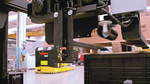 Mit dem PDS-System ausgerüstete autonome Stapler fahren bis auf eine Entfernung zwischen 1und 2m an die nächste zu greifende Palette heran, bevor die  ToF-Kamera eine  3D-Aufnahme der  Palette erstellt.