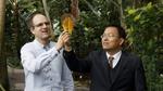 Vorher, nachher: links das Magnolienblatt, rechts die Elektrode. Jonathan Plentz (links) und Guobin Jia vom Leibniz-IPHT bauten Elektroden aus Blättern der Purpur-Magnolie.