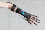 Das Sensorarmband schickt Muskelsignale an den Computer im Rucksack. Er erkennt, dass der Patient eine Bewegung beabsichtigt und unterstützt ihn mit entsprechenden Kräften