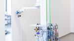 Der mobile Reinigungs- und Desinfektionsroboter DeKonBot fährt selbstständig zu kritischen Objekten wie Türgriffen und desinfiziert sie