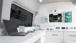 Innenausstattung: Hygienische Oberflächen, Rechnerplatz mit 220-V-Anschluss, Waschbecken und Lagerfläche.