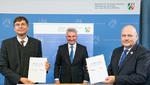 Im Beisein von NRW-Digitalminister Prof. Dr. Andreas Pinkwart (Mitte) haben BSI-Präsident Arne Schönbohm (rechts) und Prof. Dr. Stefan Wrobel, Leiter des Fraunhofer IAIS, eine Kooperationsvereinbarung zur KI-Zertifizierung unterzeichnet.
