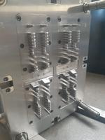 Die Kernseite des 8-fach-Spritzgusswerkzeugs  mit Qualitätsüberwachung im Spritzprozess für jedes einzelne Teil.