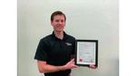 John Caldwell, Vice President and Linear Amplifiers Business Unit Manager, Texas Instruments mit Urkunde für den 3. Preis der Leserwahl Produkte des Jahres 2021, Kategorie Software-Engineering und Ingenieurssoftware.