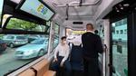 Ein Sicherheitsfahrer ist bei jeder Fahrt im autonom fahrenden Minibus anwesend