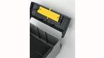 Der gelbe FG-ONE-Aktuator für Sicherheitsentriegelungen ist so flach, dass er sich in einer Geräteklappe einbauen lässt