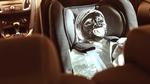 Eisbaby und Eishund im heißen Auto