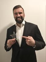 Maik Höhne mit seinem Award aus dem vergangenen Jahr