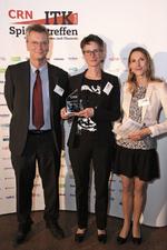 Michael Hartl und Constanze Carstanjen (Mitte) nehmen den Hersteller-Award für Cisco von CRN-Redakteurin Ulrike Garlet entgegen