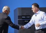 EMC-CEO Joe Tucci (links) und Michael Dell besiegeln den milliardenschweren Zusammenschluss