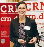Karin Hernik darf CRN-Award entgegen nehmen