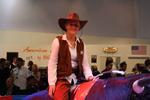 Das Cowgirl wagt den Ochsen-Ritt