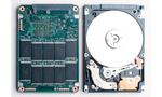 Eine SSD (links) besitzt im Gegensatz zu einer herkömmlichen Festplatte (rechts) keine beweglichen Teile.  Tipp 1: Augen auf beim SSD-Kauf  Nach wie vor sind die auf Flash-Speicher basierenden SSDs teurer als herkömmliche Festplatten. Bei einer herkö