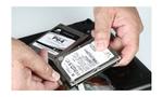 Lösen Sie die beiden SATA-Kabel von der alten Festplatte. Tipp: Bei Desktop-PCs können Sie die alte HDD fortan als Zweitplatte benutzen, um darauf große Datenmengen wie Musik und Videos abzulegen. © PCgo