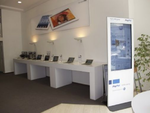 Kunden, die keine Lust haben, auf einen Mitarbeiter zur warten oder sich an der Kasse anzustellen, können das auf dem Display gezeigte  Produkt per Smartphone kaufen