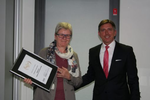 Olaf Scamperle gratuliert Anneliese Wasserer-Förg von Timetoact/Edcom zur Auszeichnung als IBMs bester Midmarket Software Partner (Bild: IBM)