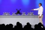 Mit dem Armband lässt sich sogar eine ganze Armee von Roboterspinnen dirigieren (Bild: Intel)