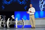 Der Intel-CEO steuert einen Spiderbot mit einem Armband in dem ein Curie-SoC steckt (Bild: Intel)