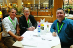 Michael Plum und Pepe Müller (beide APC by Schneider Electric) zusammen mit Andreas Oelenberg (Tarox) (Foto: CRN)