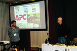 Dieter Rahe (APC by Schneider Electric, links) kündigt den Vortrag »Selfies, Sex & fette Katzen« von Matthäus Hose an (Foto: CRN)