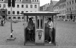 Telefonzellen auf dem Marktplatz in Wittenberg in den 50er Jahren (Foto: Bundesarchiv)
